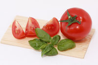 Tomate mit Basilikum/Tomato with basil