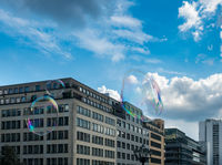 Soap bubbles entertain tourists in Berlin
