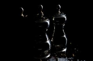 Salz- und Pfefferstreuer, Lowkey auf schwarzem Hintergrund