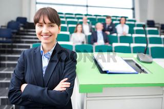 Junge Geschäftsfrau als erfolgreicher Redner