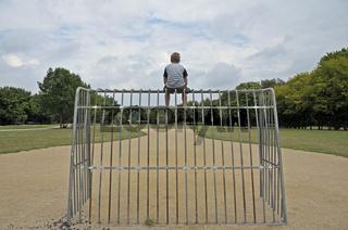 einsamer neunjähriger Junge