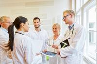 Ärzteteam bei der Diskussion