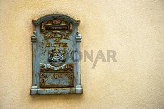 Postkasten in der Altstadt von Alghero, Sardinien