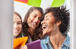 Drei erfolgreiche junge Frauen im Start-Up Team