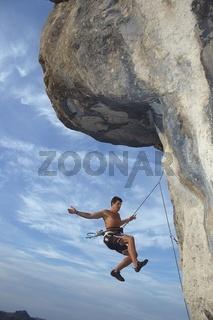 Gesicherter Mann stürzt beim Klettern ab