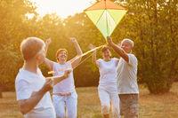 Glückliche Senioren lassen Drachen steigen