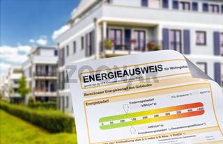 Energieausweis vor einem Mehrfamilienhaus