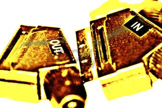 Scart Stecker vor weißem Hintergrund in gelb