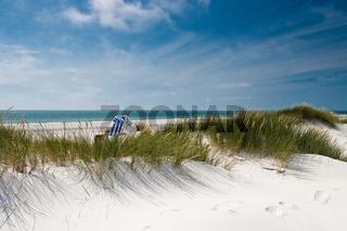 Strand mit Strandkorb in Dünen