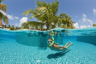 Frau im Pool