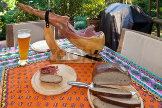 angeschnittener spanischer Serranoschinken