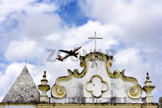 Flugzeug über Igreja Nossa Senhora da Pena, Bahia, Brasilien, Südamerika