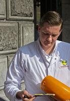 Käseprüfer der Genossenschaft CONO Kaasmakers tested einenKäselaib