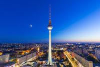Berlin Skyline Fernsehturm Alexanderplatz bei Nacht Deutschland Stadt Straße