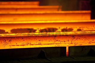 Glühende Vorblöcke im Stahlwerk