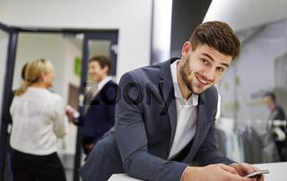 Geschäftsmann nutzt die Social Media