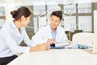 Arzt und Krankenschwester in einer Besprechung