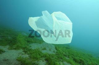 Plastikmüll treibt unter Wasser