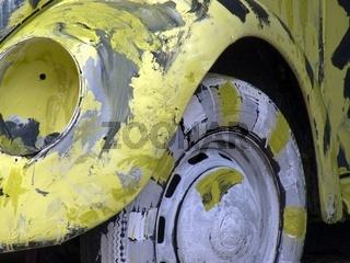 Abstrakte Kunst gemalt durch Kinder an VW Kaefer