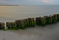 Sonnenuntergang am Meer Ostsee mit Buhnen