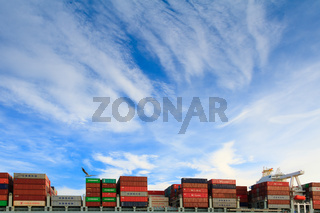 Containerschiff unter Cirrus-Wolken