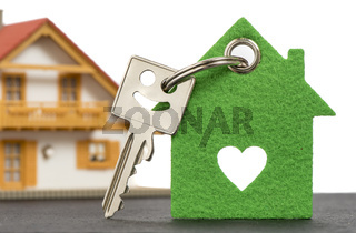 Haustürschlüssel und Modellhaus