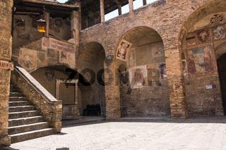 Innenhof im Museum Museo Civico in San Gimignano, Italien