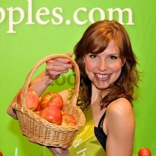 hübsches junges Mädchen mit Obstkorb