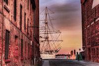 Gasse mit Segelschiff