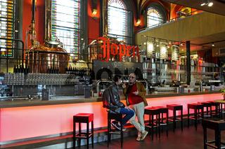 Zwei Gäste im Gespräch im Schankraum der Jopen Brauerei in der ehemaligen Kirche De Jopenkerk