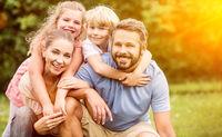 Harmonie in Familie mit zwei Kindern