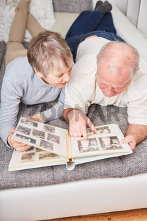 Senioren betrachten Fotos im Fotoalbum