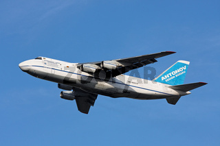 Antonow  AN 124 beim Takeoff