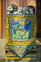 Löwe und Reh als buddhistischen Motive an einer heiligen Säule im Gandan-Kloster