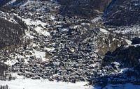 Blick aus der Vogelperspektive auf den Wintersportort Saas-Fee