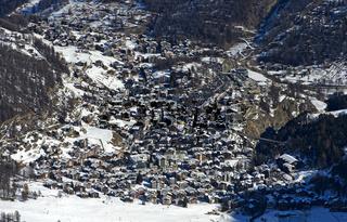Blick aus der Vogelperspektive auf den Wintersportort Saas-Fee, Wallis, Schweiz