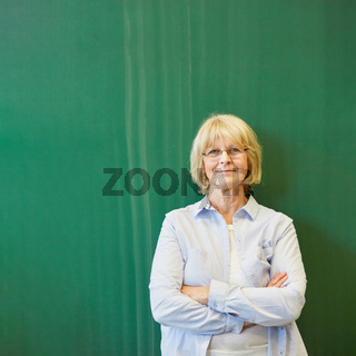 Frau als Seniorin vor Tafel in Universität