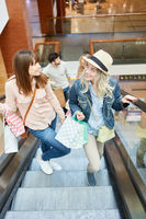 Junge Frauen auf einer Rolltreppe
