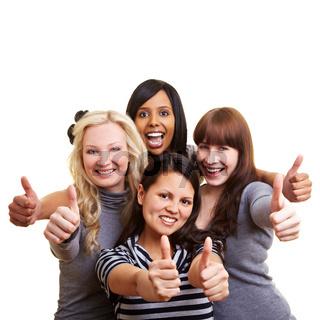 Vier Frauen halten ihre Daumen hoch