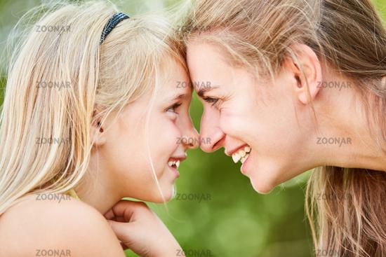 Mutter und Tochter schauen sich in die Augen