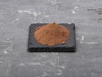 Kakao auf Schiefer und Beton - Cocoa powder on shale and concrete