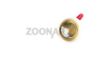 Tasse Espresso mit roten Henkel auf weißen Hintergrund