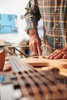Handwerker baut eine handgefertigte Gitarre
