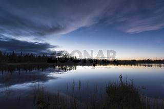 Abendstimmung an einem Waldsee, Lappland