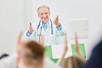 Uni Dozent in einer Vorlesung für Medizin Studenten