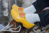 Bootsmann mit traditionellen niederländischen Holzschuhen (Klompen)