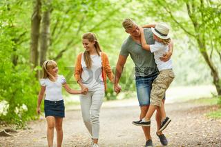 Glückliche Familie und Kinder im Sommer