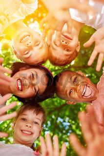 Kindergarten Gruppe Kinder steckt Köpfe zusammen