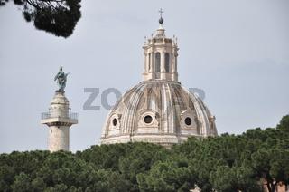 Trajansäule und Kirche in Rom