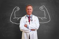 Starker Arzt mit Muskeln aus Kreide
